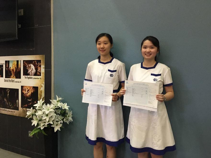 拔萃女書院兩名學生姚子晴(左)及張綽倩考取7科5**的佳績。(梁珍/大紀元)
