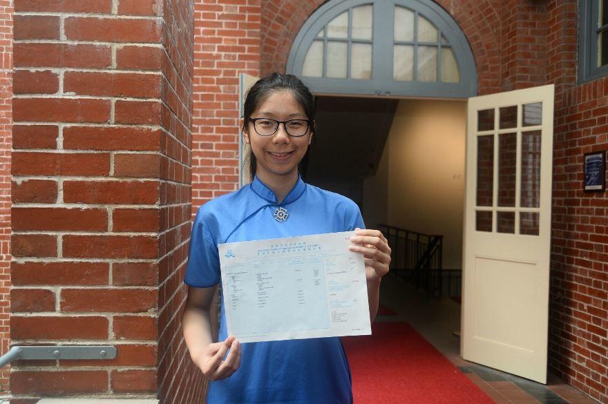 聖保羅男女中學的史泳桐同學取得7科5**,她期望入讀港大法律系。(宋祥龍/大紀元)