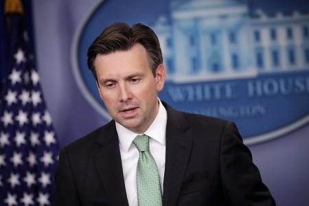 美國白宮發言人歐內斯特(Josh Earnest)在新聞簡報會上,呼籲各方自制,不要利用這個機會採取「升高情勢或挑釁的行動」。(Alex Wong/Getty Images)