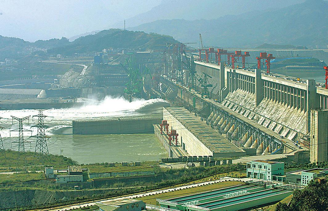 大陸南方多省遇洪災,多番被中共吹捧的三峽大壩,其防洪能力再受質疑。(AFP)