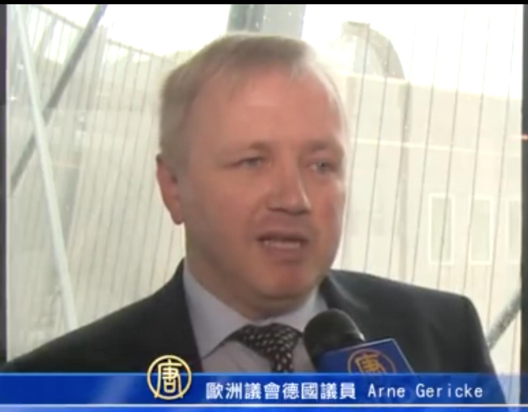 書面聲明發起人之一德國歐議會議員蓋立克(Arne Gericke)表示聲明攸關百萬中國人性命。(新唐人電視截圖)