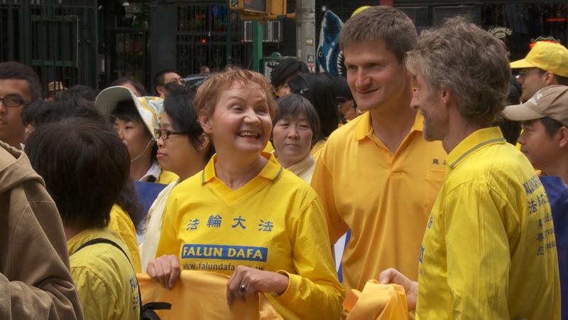 芭芭拉‧捨費爾(左)在紐約參加法輪功遊行。(Photo by Oliver Trey)