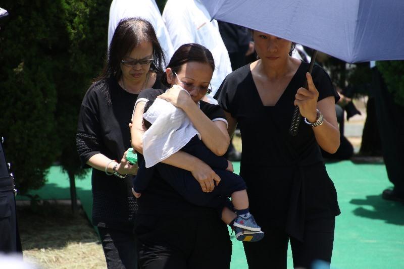 張耀升只有4個月大的兒子也有出席葬禮,並在親友陪同下向其靈柩獻花。(Dennis Law/IMAG提供)