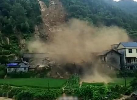 湖南湘西古丈縣默戎鎮境內17日早發生山泥傾瀉,有房屋被沖毀。(網絡圖片)