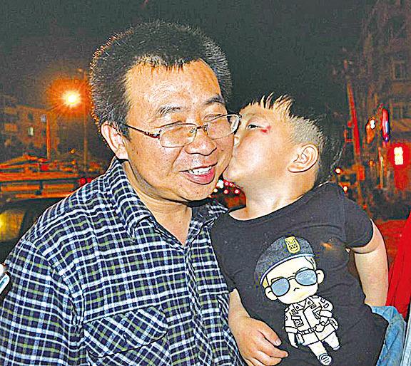江天勇律師與另一著名維權律師王全璋的兒子。(江天勇推特)
