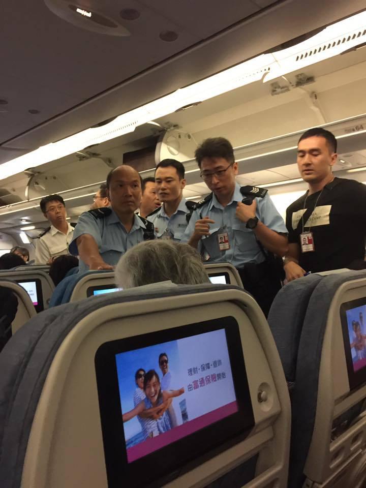 向國泰空姐潑橙汁 警方接報登機拘捕大陸女