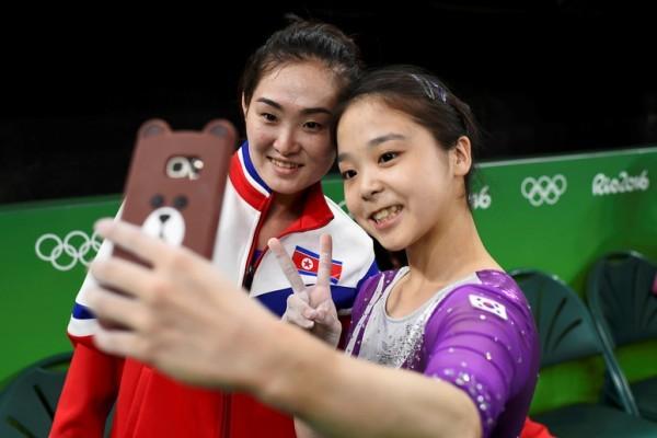 各國選手自拍成趣 韓朝體操雙姝成亮點