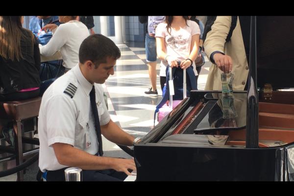 美航空機長候機樓彈鋼琴 引旅客圍觀讚歎