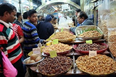 印度德里的月光市場,經常有經營數代的百年香料乾果老店,每天擠滿了人前來採購。(中央社)