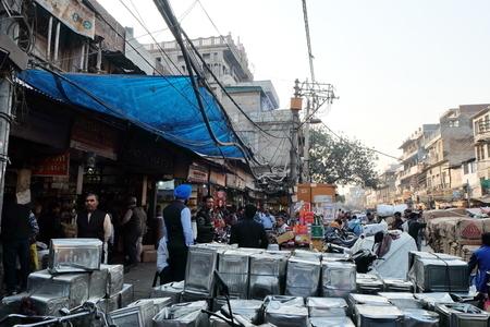 在印度德里月光市場,貨物往往就堆在街道上,但顧客絡繹不絕,生機勃勃。(中央社)