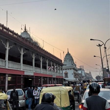 印度宗教多元又包容,德里古老的月光市場一條街上,可以看到各式宗教廟宇、不同宗教聚集的景象世界罕見。(中央社)