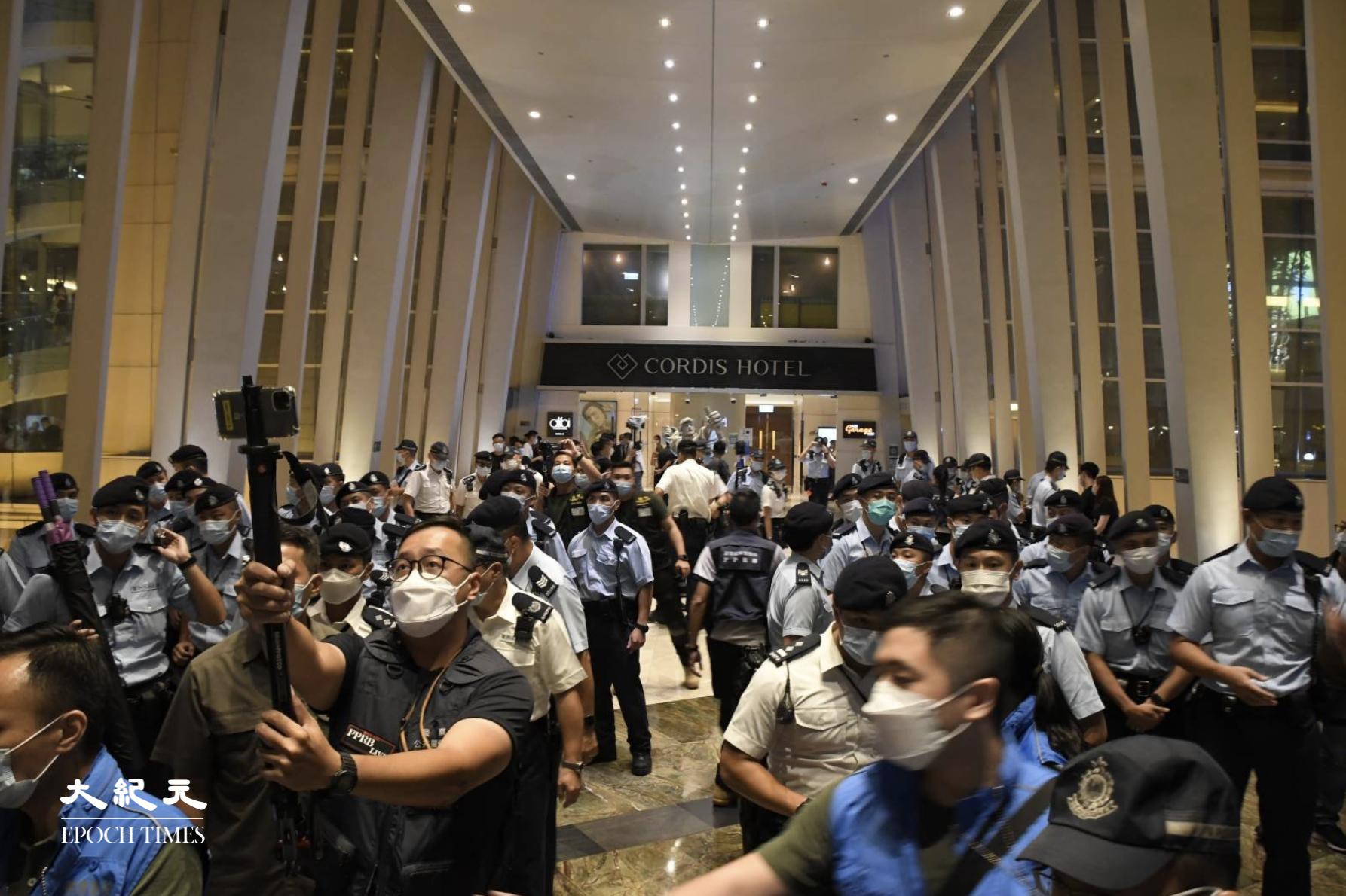 【612兩周年】數百警察包圍朗豪坊 疑有人商場內唱《榮光》【組圖】