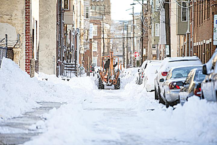 陽光露臉了,美國民眾開始鏟雪。賓夕凡尼亞州費城。(Getty Images)