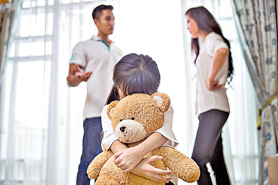 父懶散母嘮叨影響孩子快樂成長