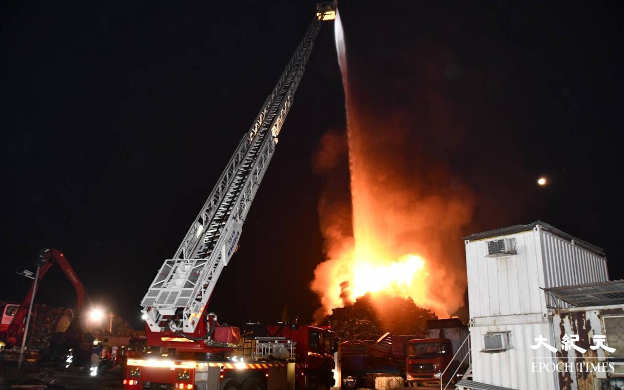 【突發】青衣路廢鐵回收場凌晨突然起火 火勢猛烈濃煙席捲半空