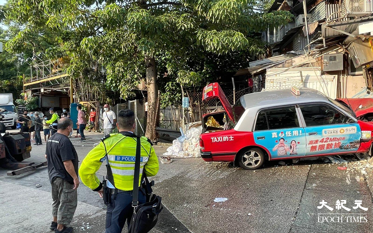 【突發】龍翔道兩車爭路 的士與私家車撞毀店舖及巴士站