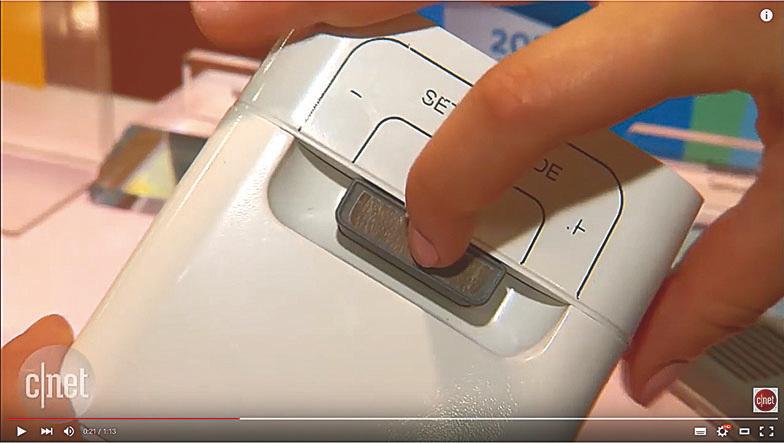 將香味膠囊插入其頂部的狹縫中,鬧鐘就會在設定的時間發送出香味。(視頻截圖)