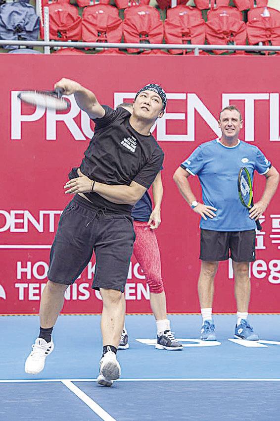 陳奕迅為網球作慈善賽 被「集郵」10分鐘才離場會妻女