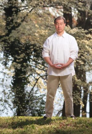 冥想是可以長期幫助人們不受焦慮侵擾的一個好習慣。圖為法輪功中的靜樁法。(Jeff Nenarella/大紀元)