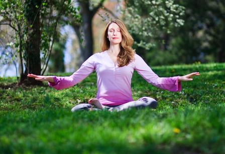 「心病還需心來醫」,冥想打坐正可使精神內守,從而達到寧神定志、祛除疾病的效果。圖為法輪功靜功修煉。(Jeff Nenarella/大紀元)