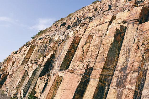 糧船灣萬宜水庫東壩的六角形岩柱是含矽量超過60%的淺黃色酸性火山岩,非常罕見。