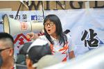 2013年8月 多個針對林慧思的親共組織在旺角擺設攤位,與支持林慧思的市民「打對台」。圖為中共外圍組織「愛港力」成員陳淨心。