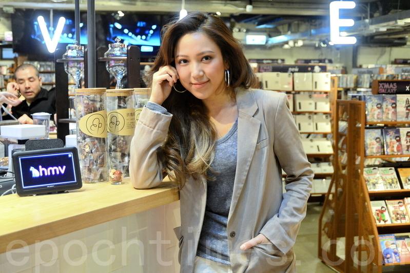 香港歌手鍾舒漫簽名支持神韻來港演出「香港需要更開放」