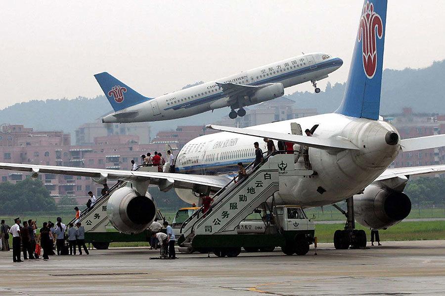 乘客坐飛機玩手機被拘 中共法律讓世界驚異