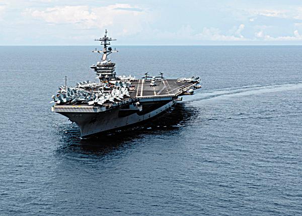 美軍一艘航空母艦於2015年11月5日行駛南海。(AFP)