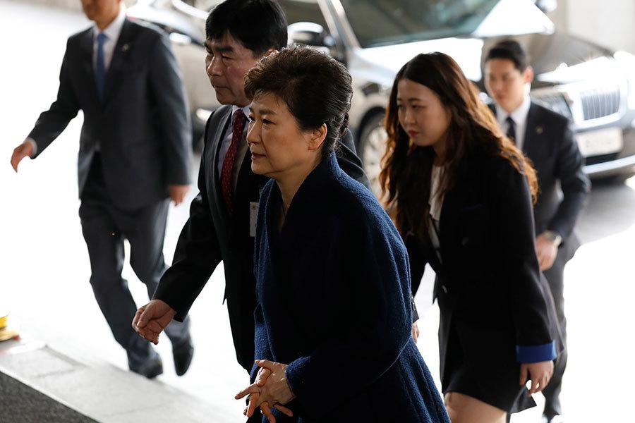 朴槿惠以疑犯身份接受檢察廳問訊