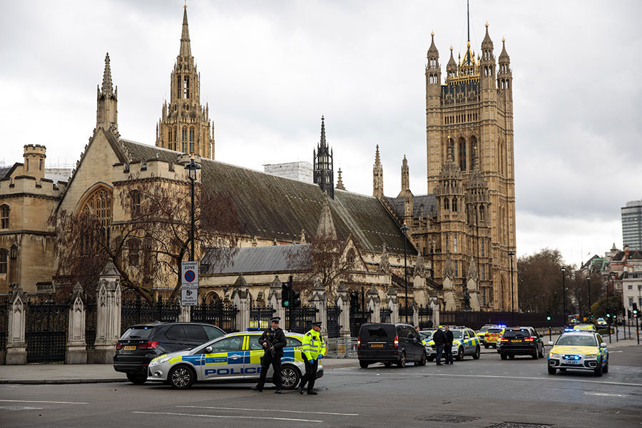 首相被「綁」回唐寧街 議員被鎖在議會內