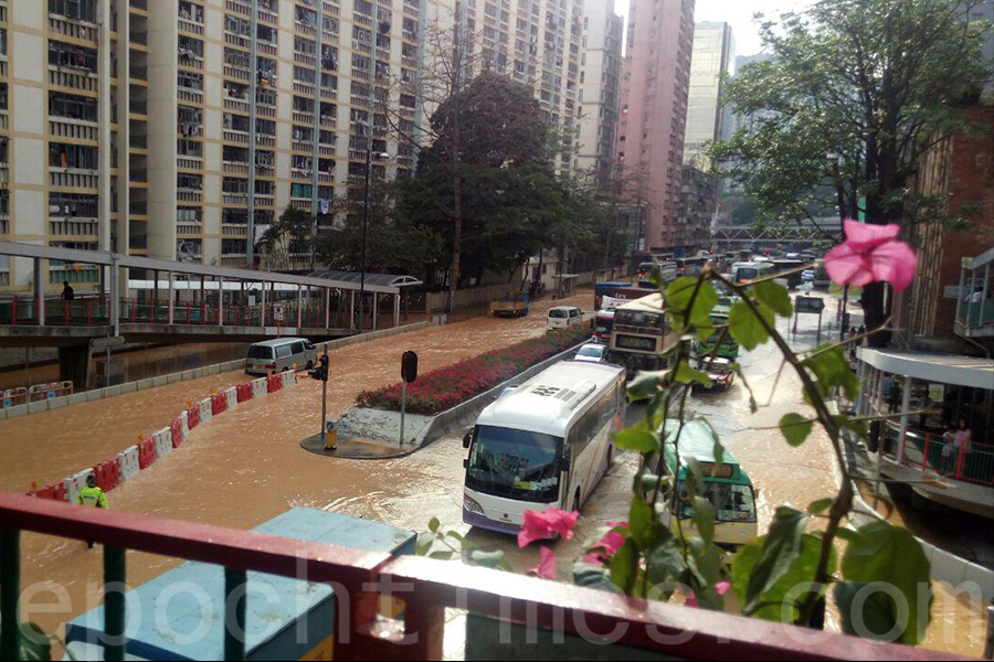 荃灣青山公路近愉景新城爆水管 路面水浸