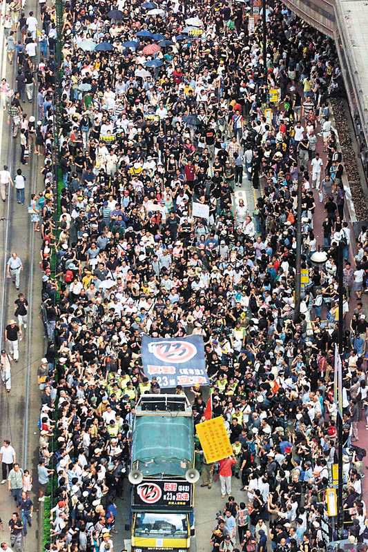 2003年23條立法引發50萬港人七一上街。《大紀元時報》發揮全球平台的影響力,喚起全球華人以至國際社會對香港的關注,贏得讚譽。(Getty Images)