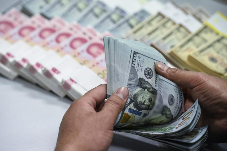 人民幣匯率雙下挫 在岸收跌創近11個月新低