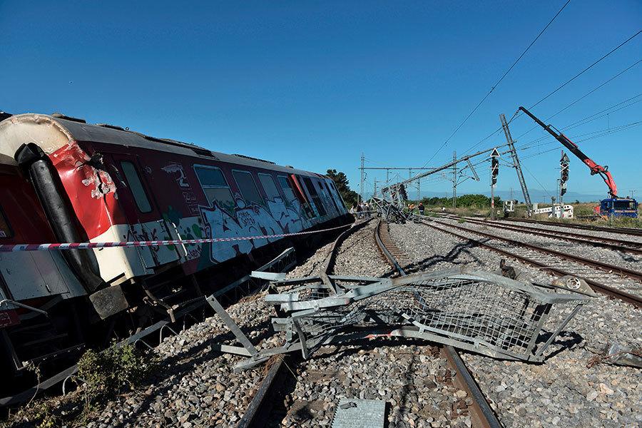 希臘列車出軌後撞民房 3死10傷