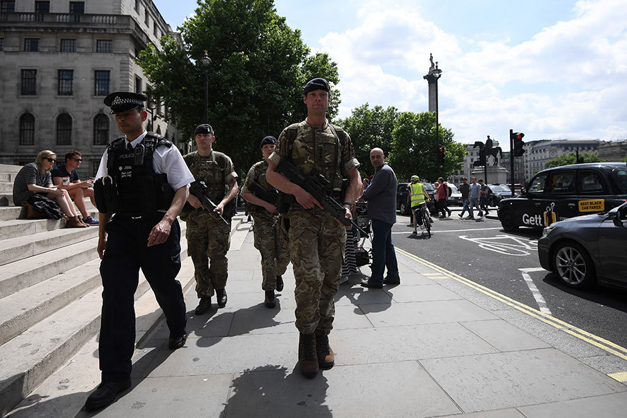 憂第二次恐襲 全副武裝士兵抵達英國街頭