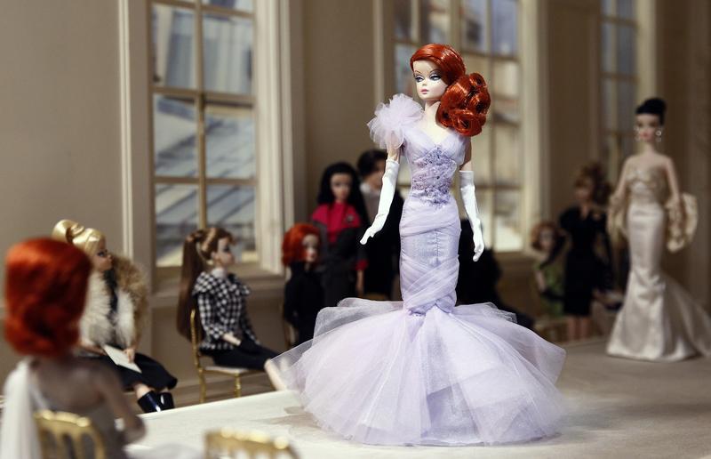 Barbie百變造型亮相巴黎時裝週