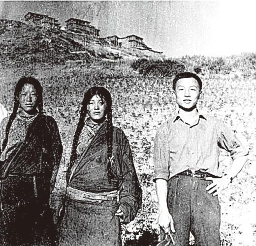 盛宗亮1972年在青藏高原和藏族婦女一起工作。(大紀元資料圖片)