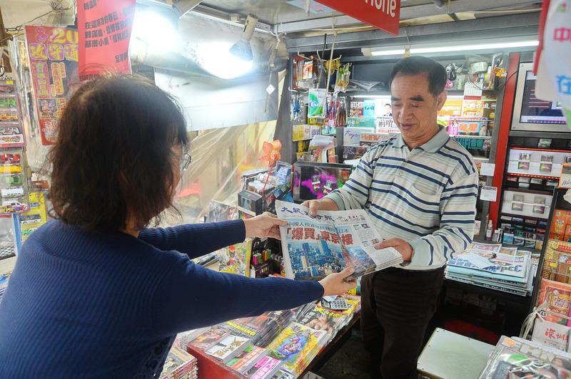 圖說:《大紀元》今日在全港各大報檔上架發售,全港報販大聯盟主席廖社青在接受專訪時表示希望《大紀元》能夠開創新局面,帶動販報行業。(宋祥龍/大紀元)