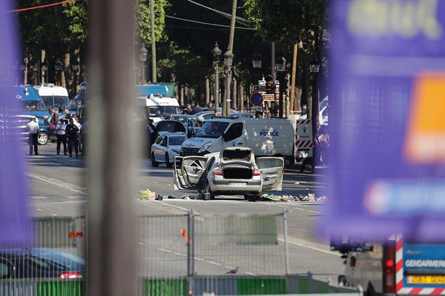巴黎香榭麗舍大街炸藥車襲警 疑犯死亡