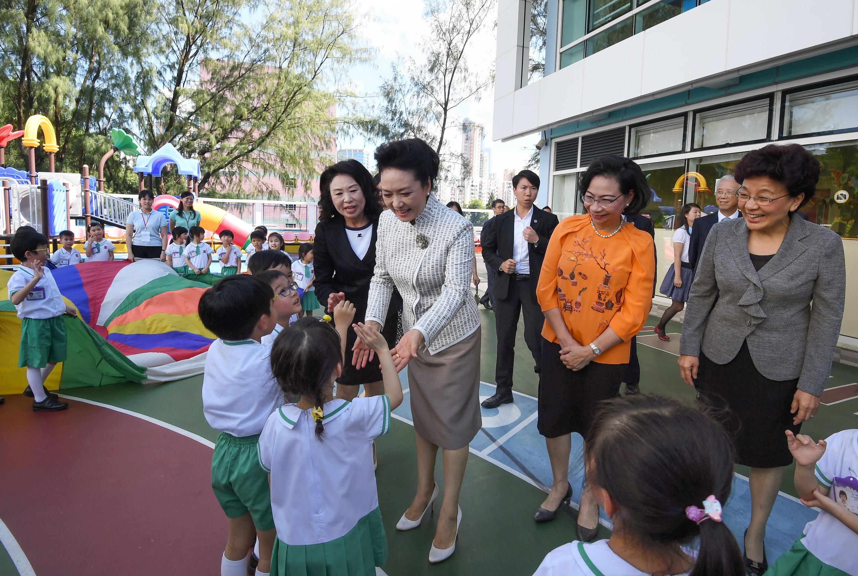 彭麗媛到幼稚園參觀