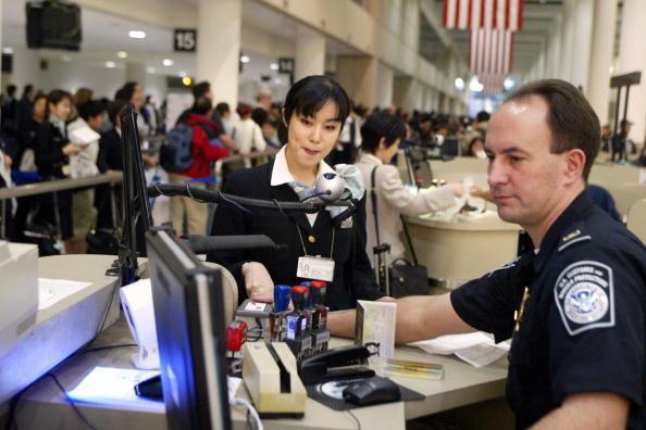 特朗普政府修改旅行禁令 允許未婚配偶入境