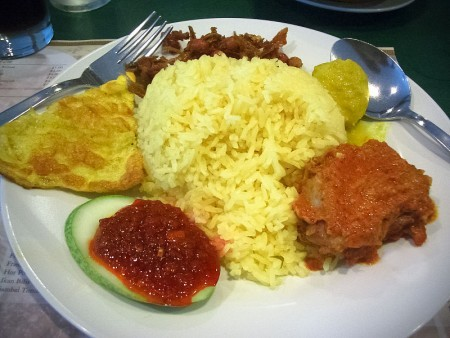 在馬來文化裡,椰漿飯的馬來文拼音是Nasi Lemak,Nasi 是飯,Lemak 是脂肪,指的是椰漿。這個飯的名稱來自它的烹飪過程,那就是把飯浸泡在濃椰漿裡後再把飯與椰漿的混合物拿去蒸。(Wiki commons)