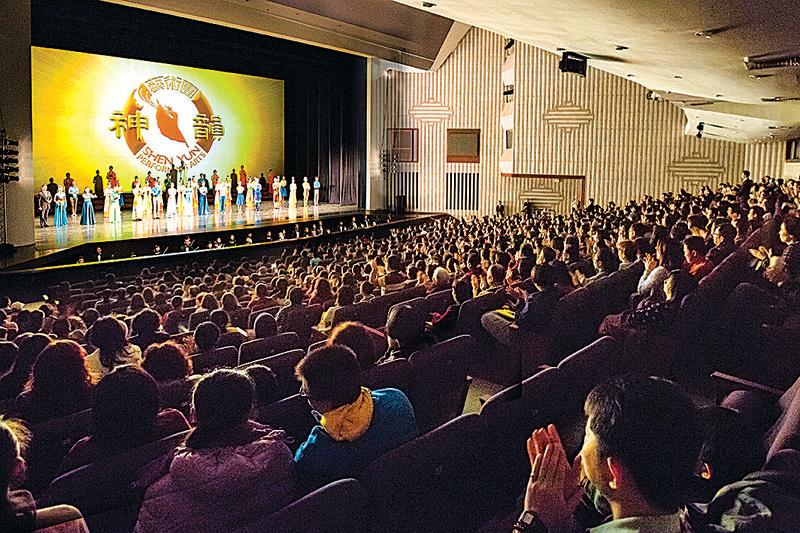 神韻藝術團在高雄演出完美落幕。演出一票難求,售票率幾近百分之百。(大紀元資料圖片)