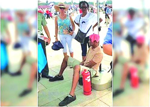 非洲男到北京避暑 遊天安門廣場中暑