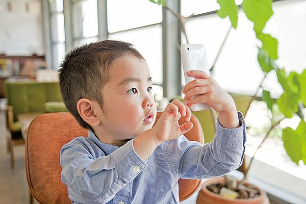 港童一歲開始用智能電話