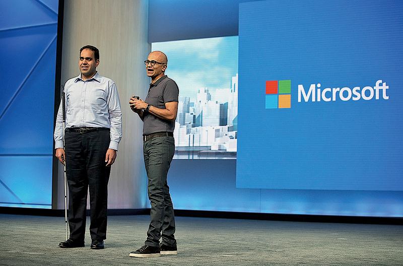 視障人士微軟員工薩科(左)和執行長納德拉同台發言。(Getty Images)