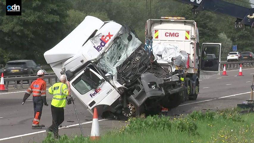 英兩貨車撞小巴釀慘劇 八死四傷