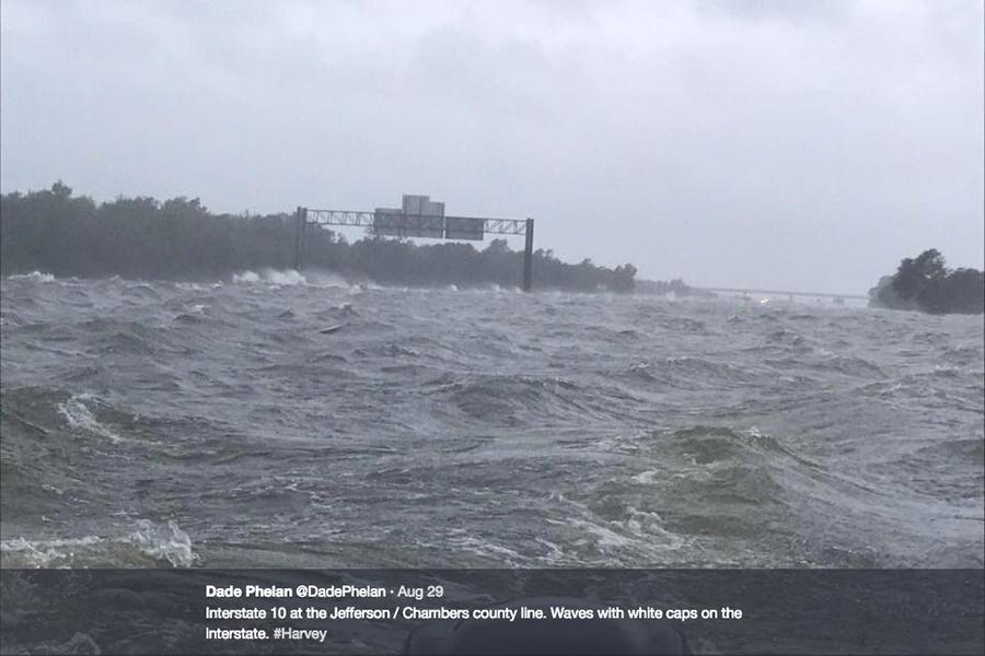 哈維驚人一幕 德州高速路變波濤洶湧海洋