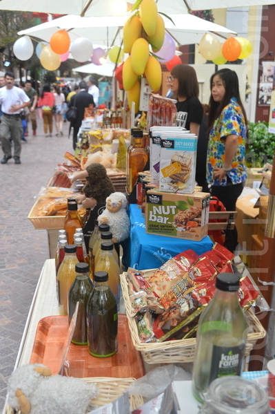 一連四日的「利東街欖球嘉年華」期間,整條街中西餐飲攤位提供免費試飲試食。(宋祥龍/大紀元)